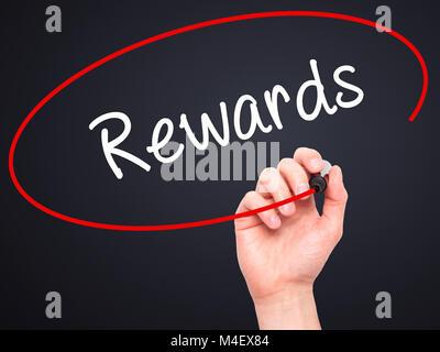 Mann Hand schreiben Belohnungen mit schwarzem Marker auf visuelle Bildschirm - Stockfoto
