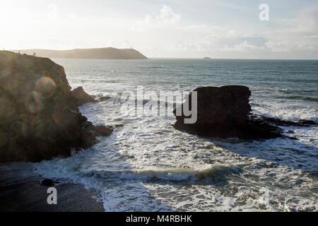 Wellen um Felsen in der Nähe des Ufers zu einem Cornish Beach - Stockfoto