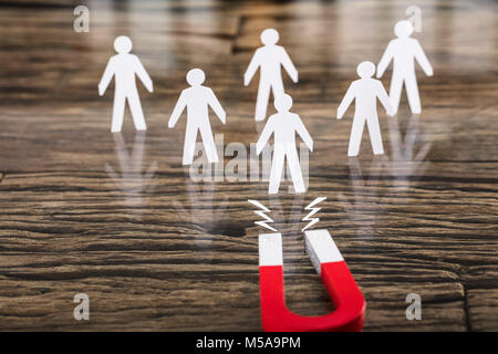 Nahaufnahme einer roten Hufeisen Magnet für Papier schneiden Sie auf Schreibtisch - Stockfoto