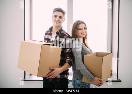 Paar mit Boxen Einzug in die neue Heimat lächelnd - Stockfoto
