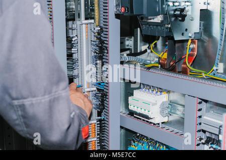 Elektriker Spezialist Kontrolle Niederspannungs-Schaltanlage - Stockfoto