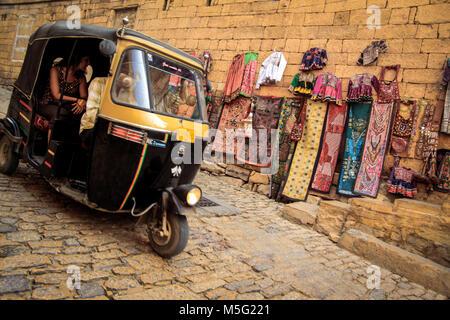Indische Auto-rikscha Touristen transportieren, das in der ummauerten Heritage Area von Jaisalmer in Rajasthan. - Stockfoto