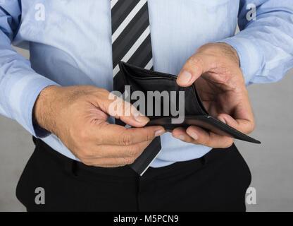 Ein Mann mit einer leeren Geldbörse kein Geld. Konkurs Konzept, Finanzen Konzept, - Stockfoto