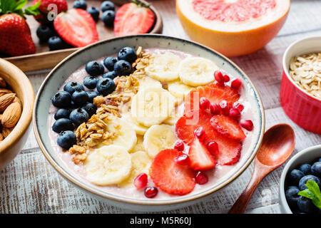 Acai smoothie Schüssel mit Banane, Erdbeere, Heidelbeere und Müsli. Konzept der gesunden Lebensstil, Diät, Gewichtsverlust - Stockfoto