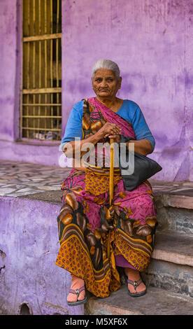 Ältere indische Frau mit einem Stock in Rajasthan, Indien - Stockfoto