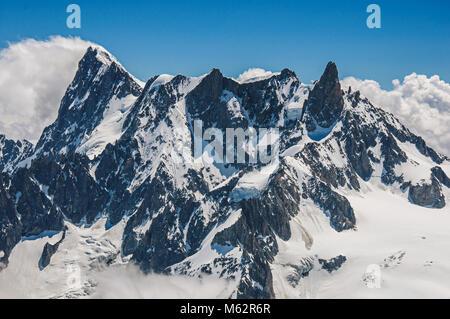 Nahaufnahme der schneebedeckten Gipfel und Berge, die von der Aiguille du Midi gesehen, in der Nähe von Chamonix. - Stockfoto