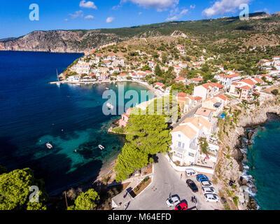 Luftaufnahme über Assos Kefalonia Strand mit klarem, blauen Wasser und Yachten im Hafen - Stockfoto