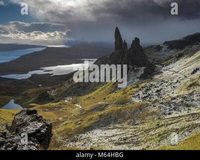 Alte Mann der Storr auf der Insel Skye, Schottland. Ein Abstauben von Schnee und Sturm Wolken. - Stockfoto