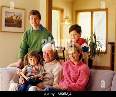 1980 s Familie sitzt auf der Couch DREI GENERATIONEN - kj 11093 DEG 002 HARS SCHWESTER KINDER COUCH KOMMUNIKATION - Stockfoto