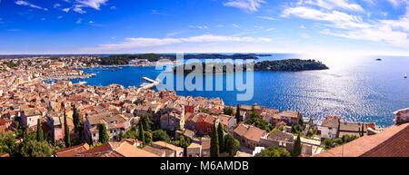 Typisch kroatische Architektur in der Altstadt von rovini an der Mittelmeerküste - Kroatien. Antenne Panoramablick. - Stockfoto