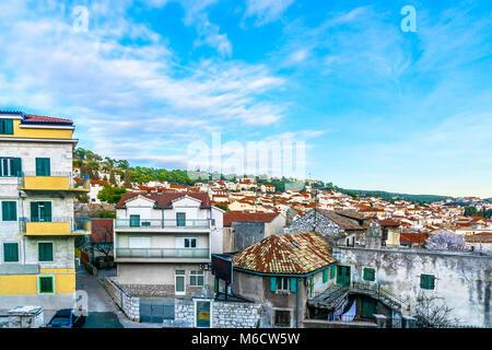 Malerischer Blick auf traditionelle Architektur in der Altstadt von Sibenik, Kroatien, Dalmatien Region. - Stockfoto