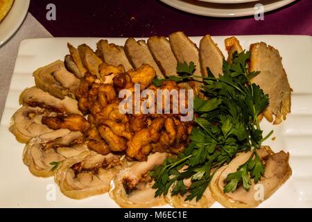Huhn roule mit getrockneten Aprikosen und gebratenem Fleisch. - Stockfoto