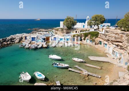 Blick über Hafen mit Booten und bunte Boot Häuser, Mandrakia, Milos, Kykladen, Ägäis, Griechische Inseln; Griechenland; - Stockfoto