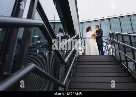 Schönes Paar Jungvermählten auf ein Metall Treppe - Stockfoto
