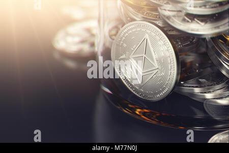 Des astraleums Silber münze in einem Glas voll von anderen cryptocurrencies und Platz kopieren auf der linken Seite. - Stockfoto