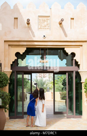 Weibliche Touristen in Madinat Jumeirah Dubai UAE - Stockfoto