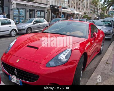 Roten Ferrari Sport Auto an der Boulevard de la Croisette, Cannes, Côte d'Azur, Südfrankreich, Frankreich, Europa - Stockfoto
