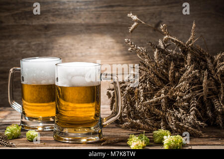 Paar Bier auf Tisch mit Hop und Weizen - Stockfoto