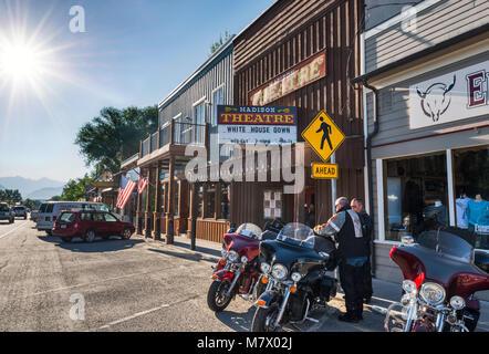 Biker am frühen Morgen auf der Main Street in Ennis, Madison Valley, Montana, USA - Stockfoto