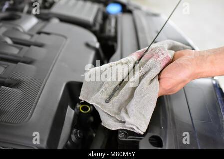 Ölstand die Kontrolle über das Auto Motor durch Mechanik in einer KFZ-Werkstatt - Stockfoto
