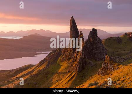 Sonnenaufgang über dem alten Mann von Storr auf der Insel Skye, Schottland. Herbst (November) 2017. - Stockfoto