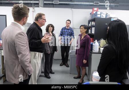 Los Angeles, Kalifornien, USA. 20 Feb, 2018. Rep. Judy Chu, 2. rechts, und Robert Bischof, 2. links, Präsident von - Stockfoto