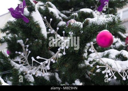 Einen Weihnachtsbaum mit funkelnden Weihnachtsbaum Spielwaren eingerichtet und leuchtenden Lichter - Stockfoto