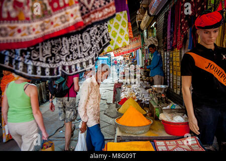 Eine ältere indische Mann steht und stand mit Gewürzen an belebten Clock Tower Markt in Jodhpur Indien. Er erwägt, - Stockfoto