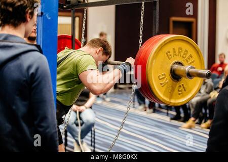 Powerlifter bereitet Kniebeugen mit Langhantel während der Meisterschaft von Russland über Powerlifting - Stockfoto