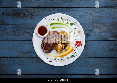 Pferdefleisch Steak mit Kartoffeln und Pilzen. - Stockfoto