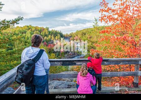 Eine Großmutter und ihr Enkel bei A.Y. Jackson Lookout, Onaping Falls, Ontario - Stockfoto
