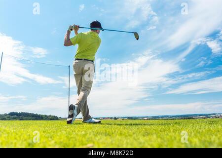 Mann in der Position eines treibenden Swing beim spielen Golf - Stockfoto