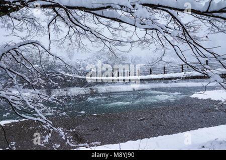 Gifu, Japan - Dezember 12, 2013: Touristen zu Fuß auf Holzbrücke in Shirakawago, World Heritage Village, das Reiseziel, - Stockfoto