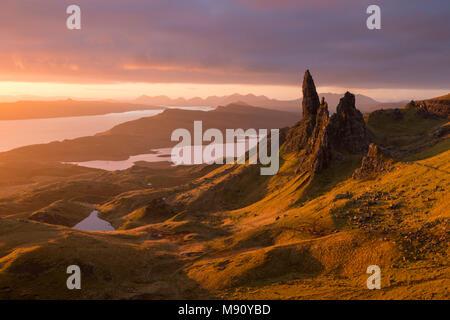 Herrliche reich Morgensonne am alten Mann von Storr auf der Insel Skye, Schottland. Herbst (November) 2017. - Stockfoto