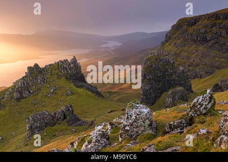 Dramatische Aufschlüsse in der Nähe der Alten Mann von Storr auf der Insel Skye, Schottland. Herbst (November) 2017. - Stockfoto