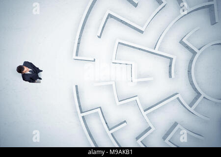 Stressvolle Geschäftsmann am kreisförmigen Labyrinth mit nirgendwo zu gehen - Stockfoto