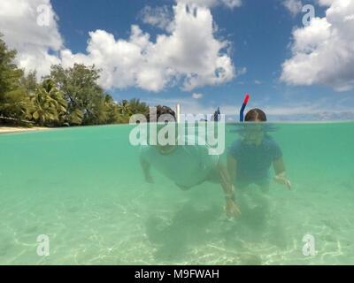 Paar Schnorcheln im klaren tourquise Lagoon Water in Rarotonga, Cook Inseln. Echte Menschen. Platz kopieren - Stockfoto