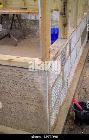 Teil konstruiert Garten Werkstatt mittels zurückgefordert konkrete Bausteine und tanalised Timber Frame oben - Stockfoto