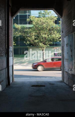 Städtische Kegelbahn und vorbeifahrenden Auto - Stockfoto