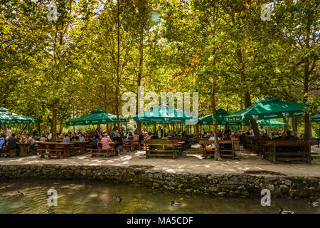 Kroatien, Dalmatien, Region von Sibenik, Krka Nationalpark, Lozovac, Skradinski buk, Biergarten - Stockfoto