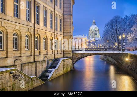 Leine mit dem Rathaus (City Hall) im Hintergrund, Hannover, Deutschland - Stockfoto