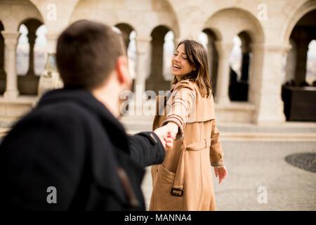 Spaziergang auf den hübschen Paar glücklich Wandern und halten sich an den Händen in Budapest, Ungarn - Stockfoto