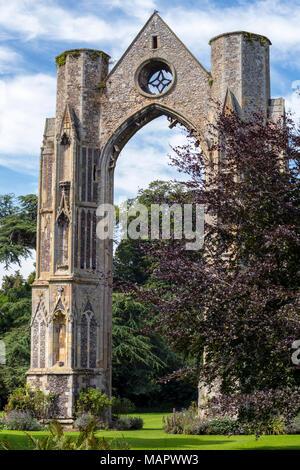 Die massive Osten Fenster des Priorat in Walsingham Ruinen der Abtei, Norfolk, England - Stockfoto