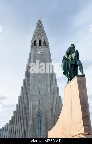 Reykjavik, Island. Die Kirche Hallgrímskirkja ist das Wahrzeichen der Stadt. Draußen ist es eine Statue von Leif Erikson, Entdecker des N. America - Stockfoto