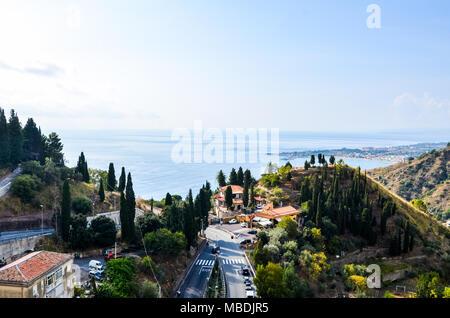 Sizilianischen Landschaft mit Blick auf das Meer und die Berge. - Stockfoto