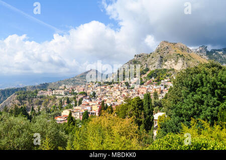 Sizilianischen Landschaft mit Bergen und Gebäude - Stockfoto