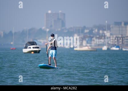 Paddel Boarder. Warme, sonnige Wetter hat in Southend angekommen, obwohl Misty auf die Themsemündung. Menschen genossen Wassersport - Stockfoto