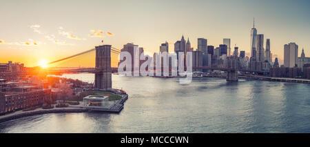 Brooklyn Bridge und Manhattan bei Sonnenuntergang - Stockfoto