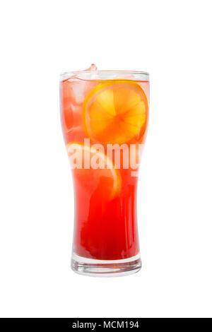 Bunte, Gradient opak Cocktail, erfrischende in ein hohes Glas mit Eiswürfeln, runde Scheiben Zitrone, Orange, mit Geschmack von Früchten, Beeren. Seite - Stockfoto