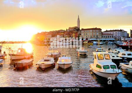 Altstadt und Hafen mit Booten und lebendige Sonnenuntergang über dem Meer, Rovinj, Kroatien - Stockfoto